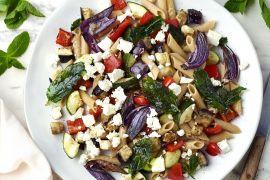 Foto van Volkoren pastasalade met gegrilde groenten, feta en gebakken munt