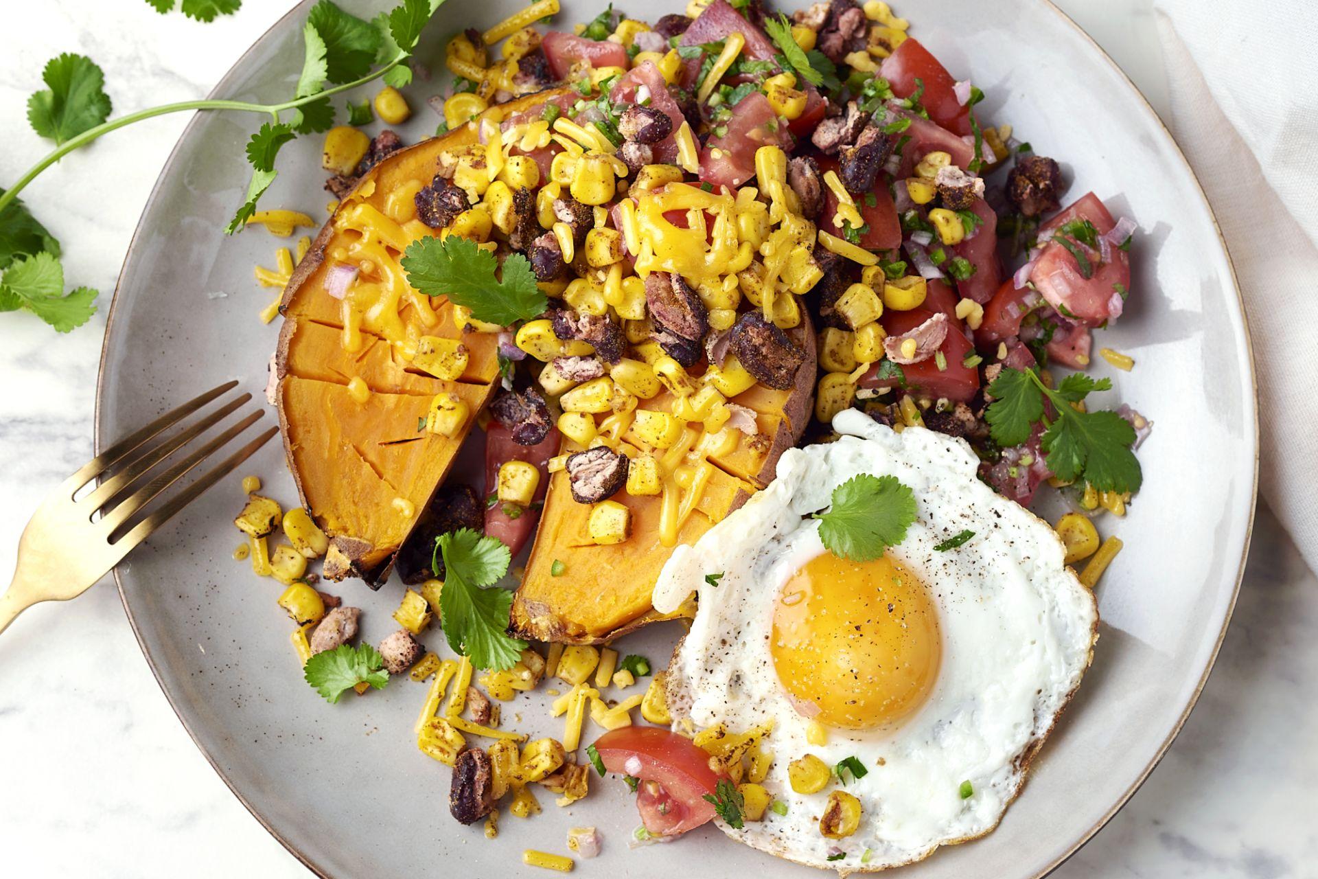 Gepofte zoete aardappel met huevos rancheros
