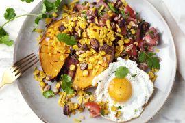 Foto van Gepofte zoete aardappel met huevos rancheros