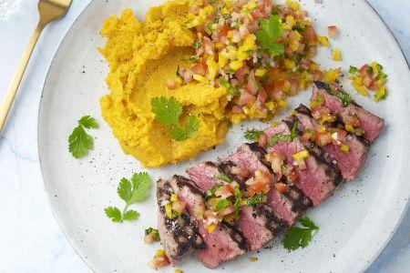 Gegrilde steak met zoete aardappelpuree en tomaat-paprikasalsa