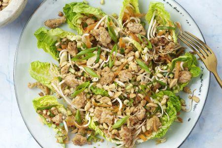 Slakuipjes met kruidig kippengehakt en Aziatische salade