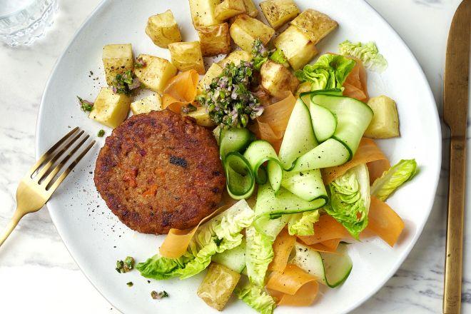 Groenteburger met salsa verde, frisse salade en geroosterde aardappelen