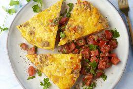 Foto van Frittata met gehakt, zoete aardappel en tomatensalsa