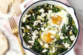 Foto van Groene shakshuka met spinazie, prei en feta