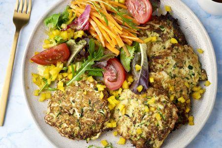 Courgette-grillkaas koekjes met kleurrijke salade en honing-mosterddressing