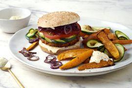 Foto van Groenteburger met gegrilde courgette, citroen-aïoli en zoete aardappelwedges