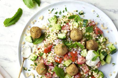 Tabouleh van fregola sarda met falafel en yoghurt-muntdressing