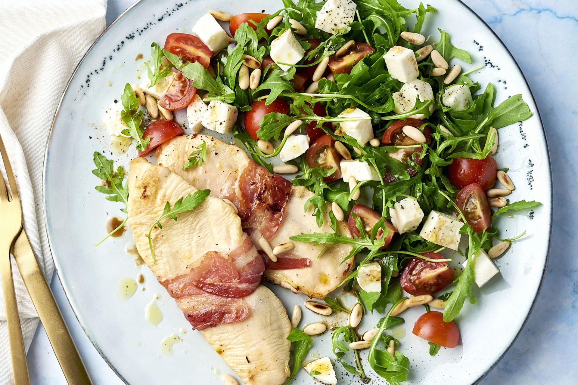 Kip saltimbocca met tomaat-mozzarella salade