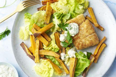 Krokante visfilets met zoete aardappelfrietjes, tartaar en sla
