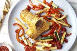 Foto van Kruidige worstenbroodjes met groentefrietjes en tomatenchutney
