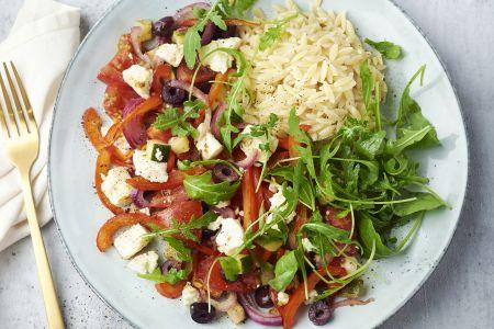 Griekse salade uit de oven met orzo en rucola