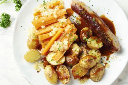 """Homemade """"currywürst"""" met geroosterde krieltjes en worteltjes"""
