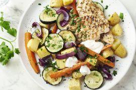 Foto van Gegrilde kip met geroosterde groenten en fetasaus