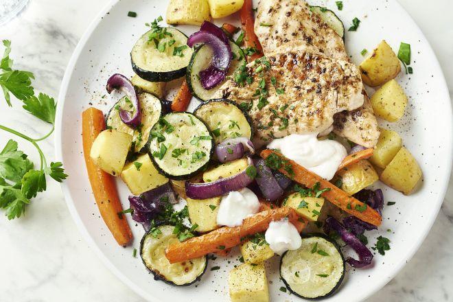 Gegrilde kip met geroosterde groenten en fetasaus