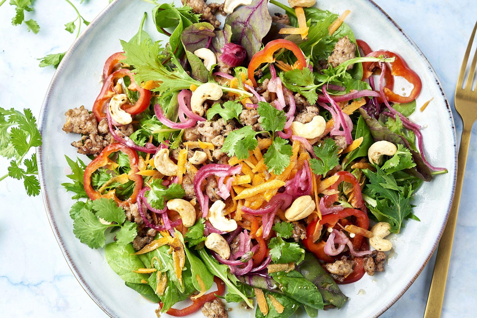 Thaise salade met krokant gehakt en cashewnoten