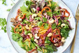Foto van Thaise salade met krokant gehakt en cashewnoten