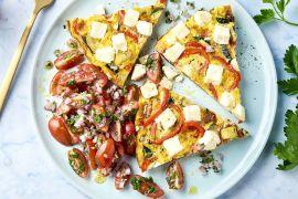 Foto van Griekse frittata met courgette, paprika en feta