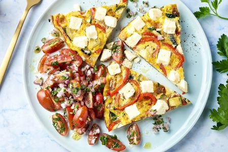 Griekse frittata met courgette, paprika en feta
