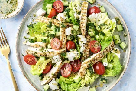 Salade met gegrilde kip, geitenkaas en dille