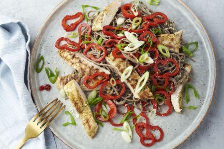 Sobanoedels met gegrilde kip en koriander-cashewpesto