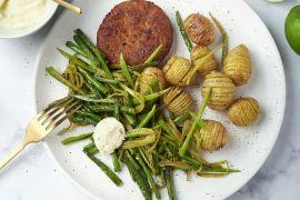 Foto van Groenteburgers met hasselback aardappelen, knapperige groene groenten en aioli