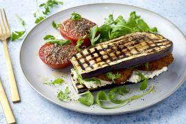 Foto van Auberginebroodje met veggieburger en gegrilde tomaat