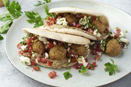 Foto van Pita met falafel, baba ganoush en feta-tomatensalade