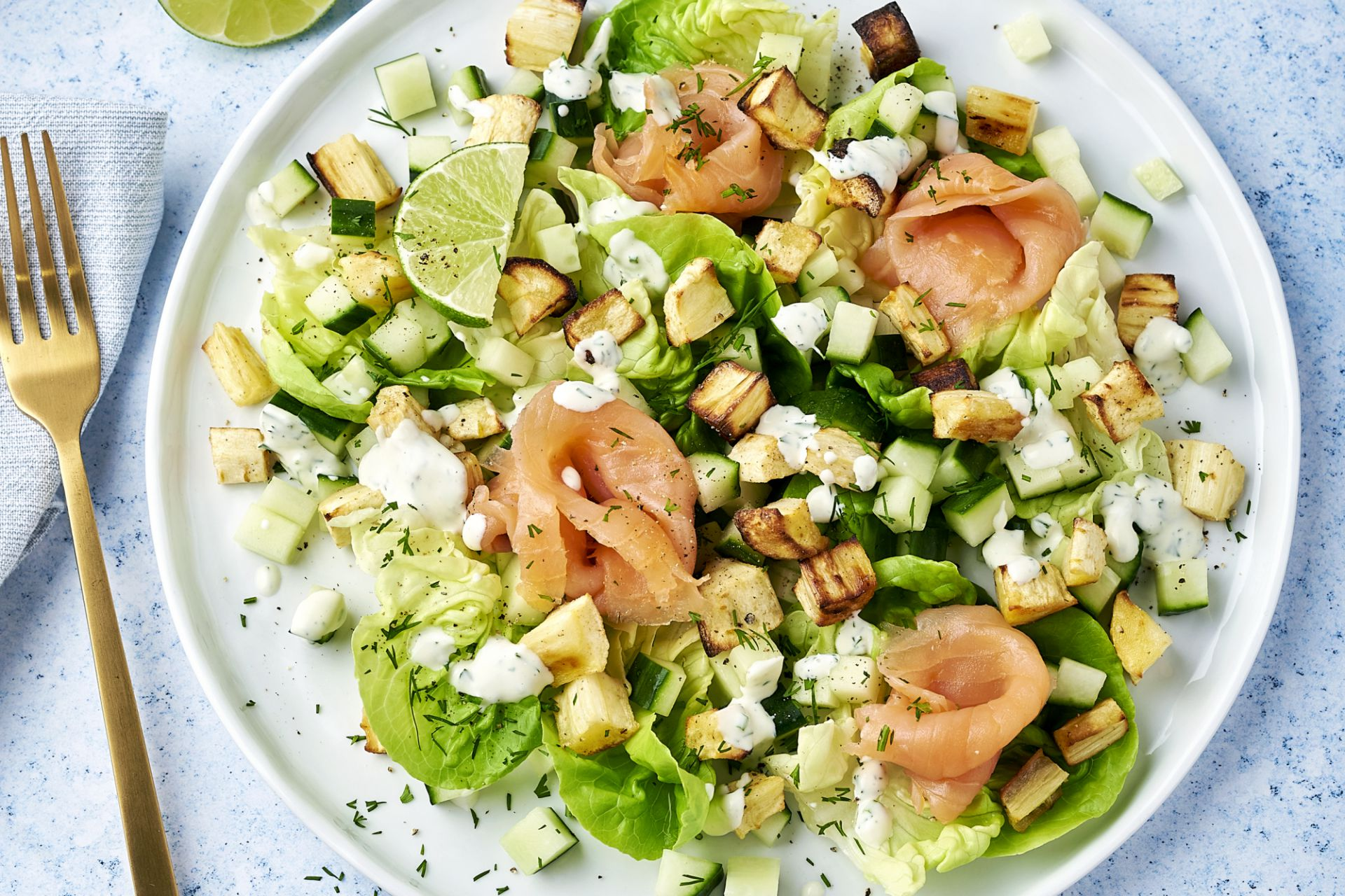 Frisse salade met gerookte zalm en geroosterde pastinaak