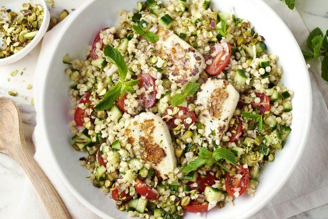 Fregola sarda salade met grillkaas, honing en pistachenoten