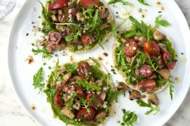 Foto van Pitatoast champignon met pesto en tomatensalade