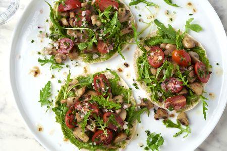 Pitatoast champignon met pesto en tomatensalade
