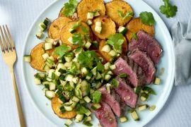 Foto van Gegrilde steak met geroosterde zoete aardappel en Aziatische komkommersalsa