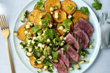 Gegrilde steak met geroosterde zoete aardappel en Aziatische komkommersalsa