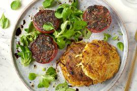 Foto van Rösti-worteltorentjes met vegan burger en Provençaalse tomaat