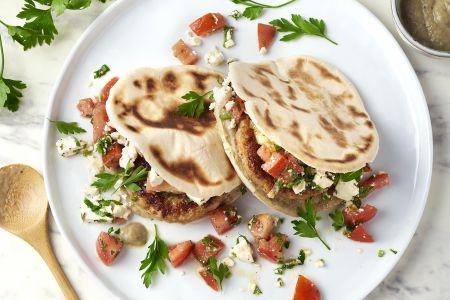 Pita met kipburger, baba ganoush en feta-tomatensalade