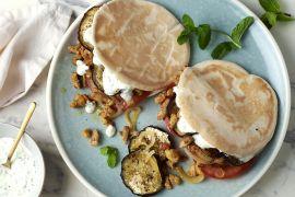 Foto van Pita's met kalkoenshoarma, geroosterde aubergine en yoghurt-muntsaus