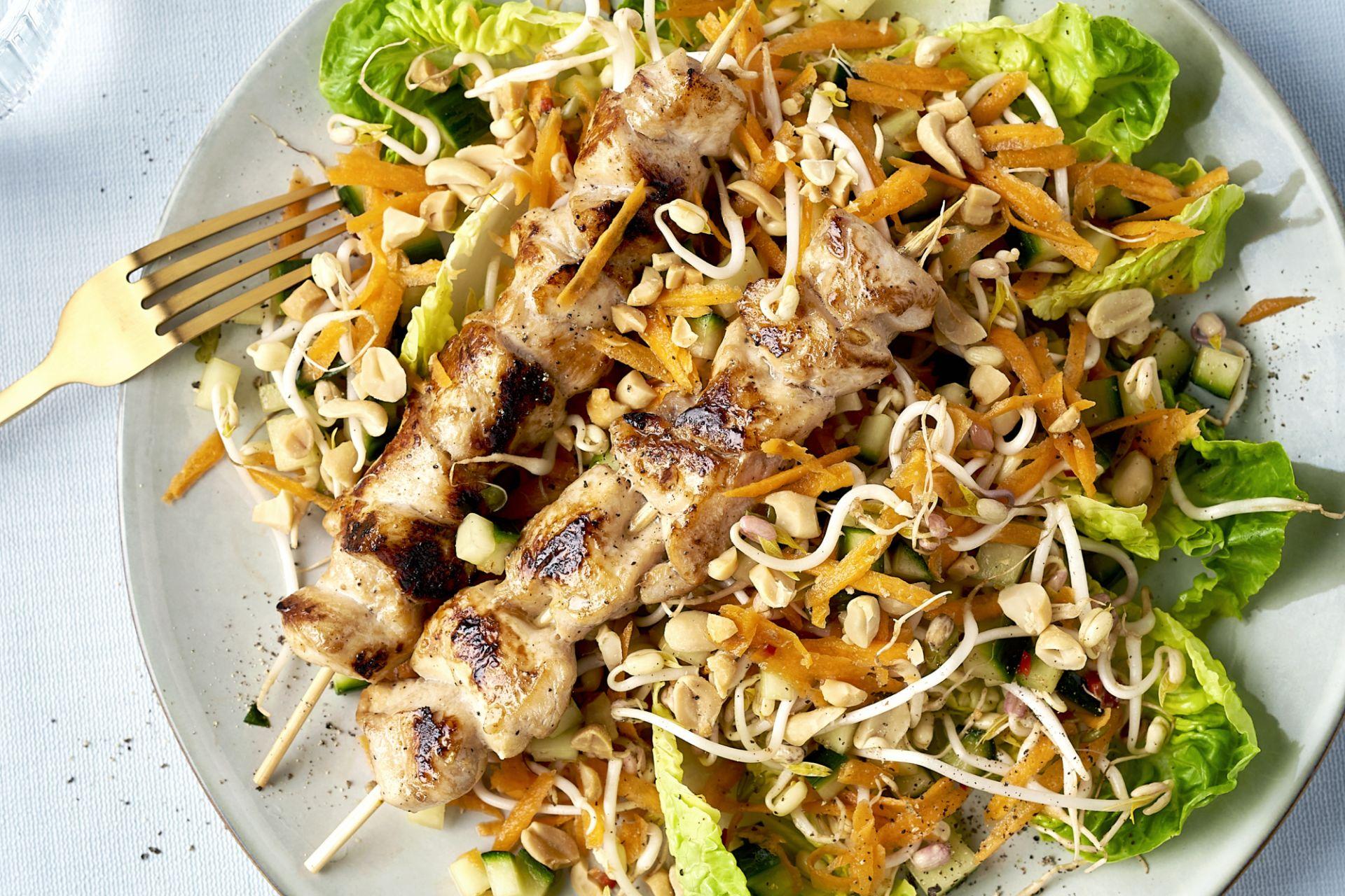 Gemarineerde kipsaté's met Aziatische salade