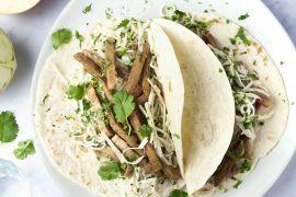 Foto van Tortilla's met veggie shoarma en frisse koolsla van koolrabi