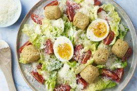 Foto van Vegetarische caesar salade met falafel en eitjes