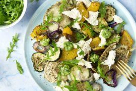 Foto van Salade met geroosterde groenten, mozzarella en rucolapesto