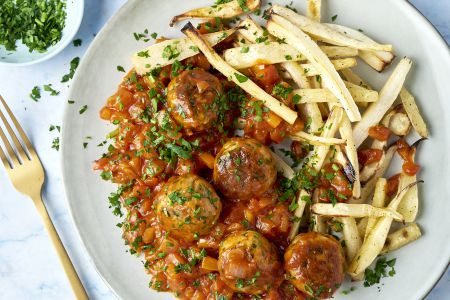 Kippenballetjes in tomaat-paprikasaus en pastinaakfrietjes