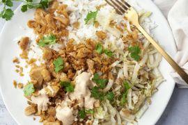 Foto van Veggie shoarma met pindasaus, rijst en gewokte Chinese kool