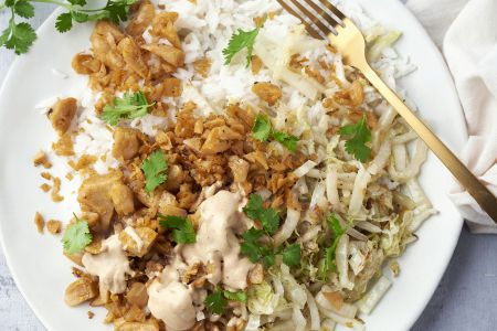 Veggie shoarma met pindasaus, rijst en gewokte Chinese kool