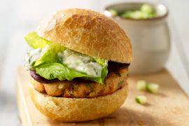 Foto van Zalmburger met komkommersalade
