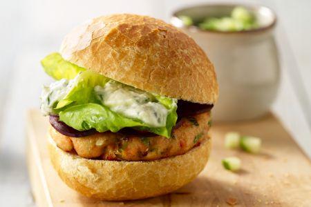 Zalmburger met komkommersalade