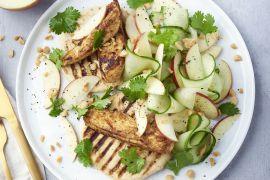 Foto van Gemarineerde kip met appel-komkommersalade en gegrilde look-pitabroodjes