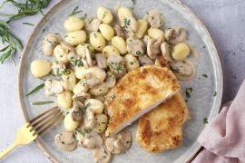 Foto van Kipschnitzel met champignonroomsaus en gnocchi