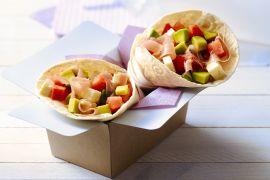 Foto van Wrap met watermeloen, avocado en Italiaanse ham