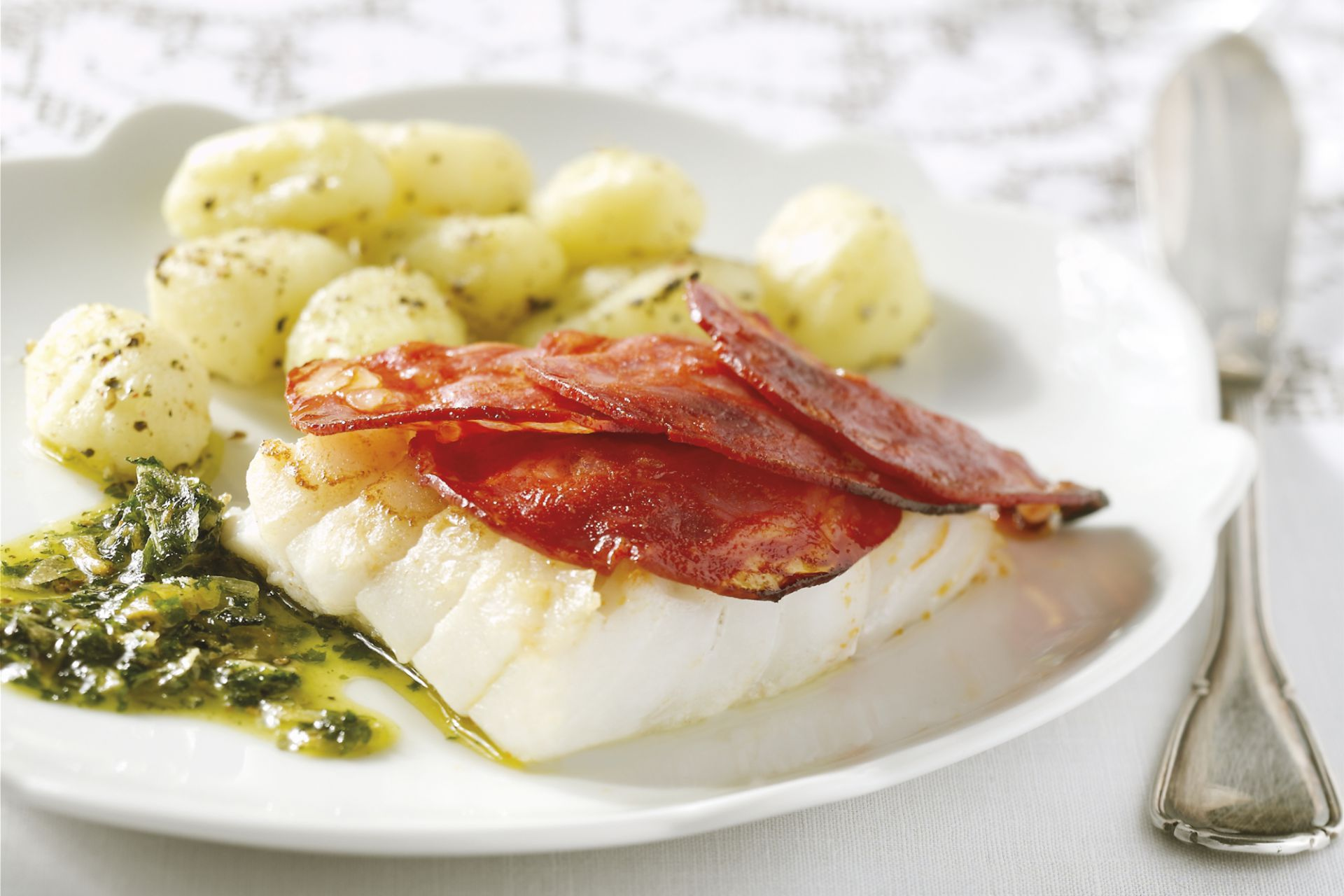 Kabeljauw met fijne chorizoschijfjes onder de grill met gnocchi en salie-botersaus