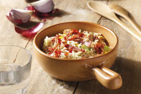 Rijstschotel met chorizo, gescheurde kalkoenreepjes, maïs en paprikabrunoïse